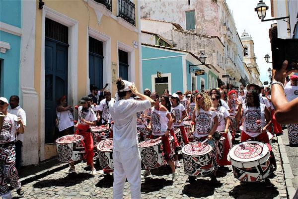 UN DES DEUX BATALA INTERNATIONAL DONT 2 MUSICIENS DE BRIOUDE DANS UNE RUE DE SALVADOR