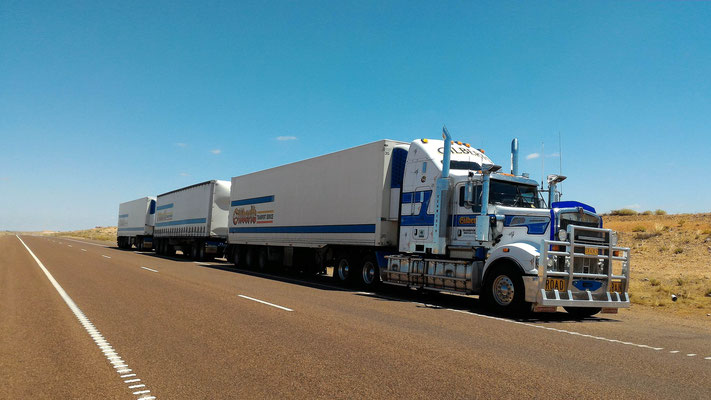 UN ROAD TRAIN AVANT COOBER PEDY SOUTH AUSTRALIA AUSTRALIE