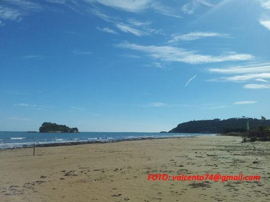 la spiaggia di Portonuovo con l'isolotto
