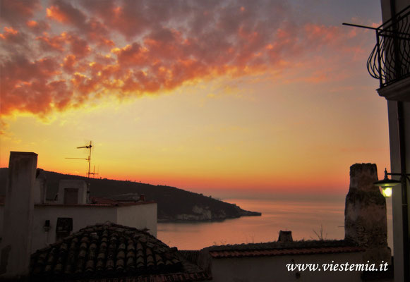 tramonto dai tetti di Peschici