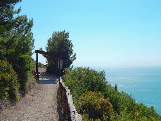 zona panoramica attrezzata con panchine lungo il sentiero