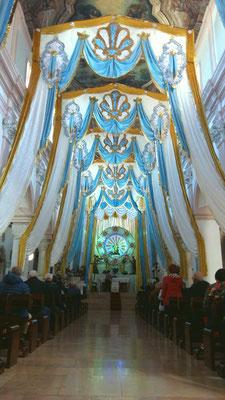 La Cattedrale addobbata e la Madonna sull'altare
