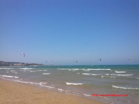 Kite surfer sulla spiaggia di San Lorenzo