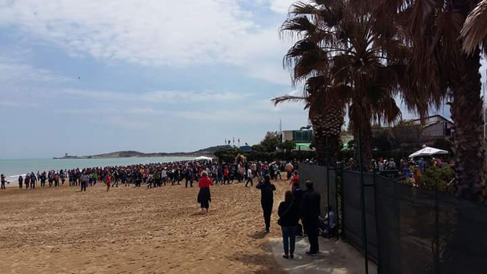 I pellegrini giungono sulla spiaggia nei pressi del santuario di Merino