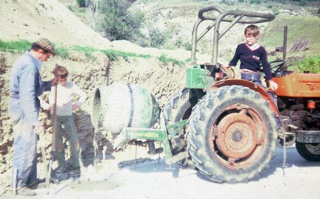 1981 - Alphonse (52), Denis (13) und Emmanuel (10) bauen den Keller.