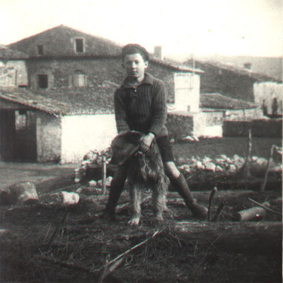 1939 - Alphonse ROBERT, 10 Jahre alt, vor dem Familienhaus in Intras
