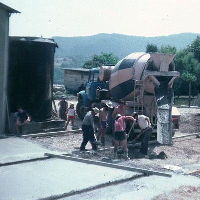 1981 - Alle Nachbarn helfen beim betonieren der Sohle für den Weinkeller