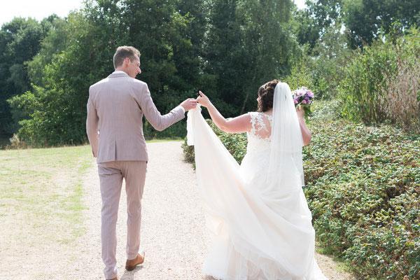 Brautpaar geht Richtung Location für die Hochzeitsbilder