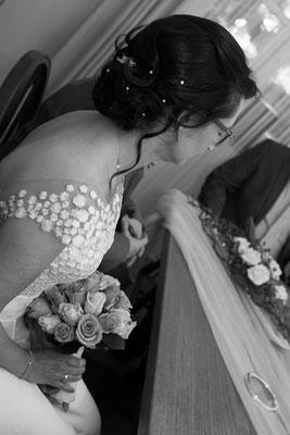 Braut in schwarz weiß mit Brautstrauß