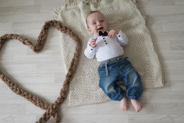 Babyfotografie, Baby liegt auf einer Decke