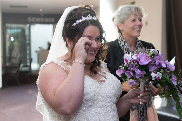 Hochzeitbild emotionaler Moment der Braut,