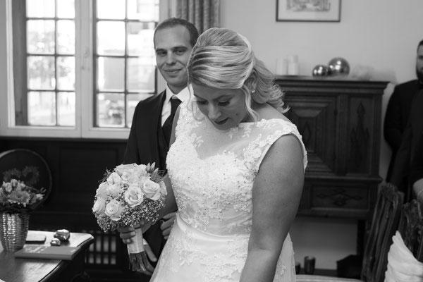 Hochzeitsreportage Braut schaut nach unten, Brautstrauß
