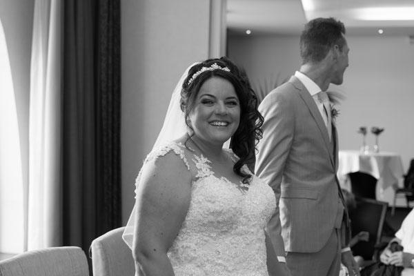 Braut lächelt in die Kamera, Hochzeitsfotografie schwarz weiß