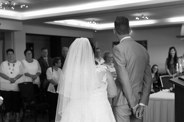 Brautpaar hört der Standesbeamtin zu