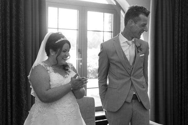 Braut und Bräutigam freuen sich