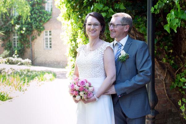 Bräutigam hält Braut in den Armen und schaut sie verliebt an