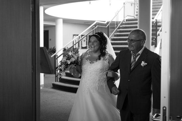 Braut und Vater kommen in den Raum rein
