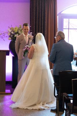 Brautvater übergibt seine Tochter dem Bräutigam
