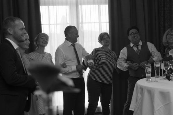 Hochzeitsreportage in schwarz weiß die Gäste beim Schunkeln
