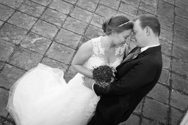 Brautpaar wird von leicht oben fotografier