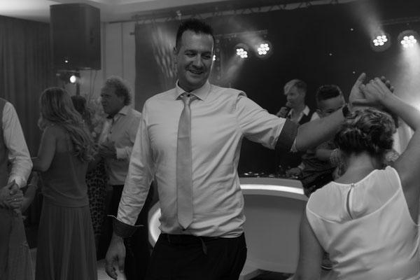 Schwarz weiß Foto von Hochzeits-Gäste beim Tanzen