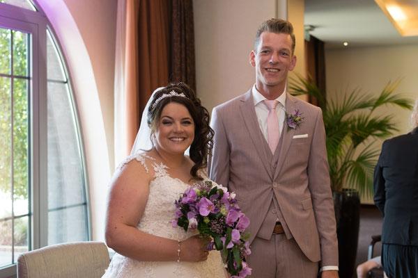 Brautpaar lächelt glücklich in die Kamera, Hochzeitsreportage