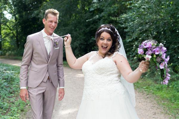 Lustiges Hochzeitsbild von Braut und Bräutigam