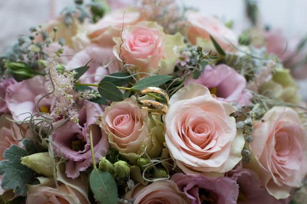 Brautstrauß und Eheringe Hochzeitsfoto