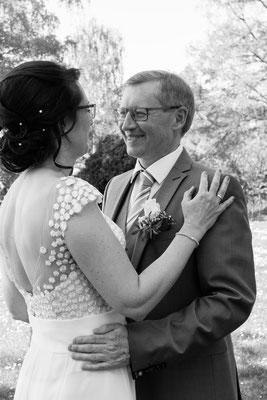Brautpaar schaut sich verliebt an, schwarz weiß