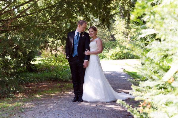 Hochzeitsfoto Bräutigam schaut seine Braut verliebt an