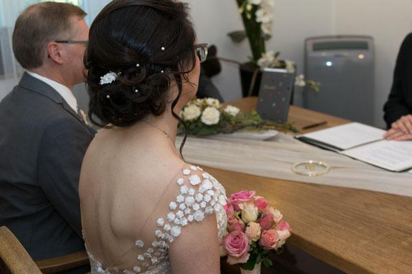 Braut sitzt im Standesamt