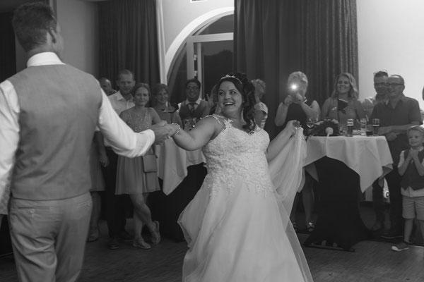 Hochzeitsreportage vom Hochzeitstanz, Schwarz weiß Foto