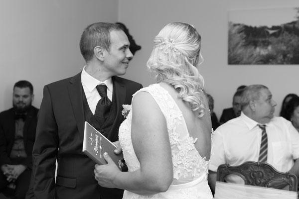 Brautpaar schaut zu den Gästen