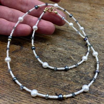 Zierliches Collier aus Süßwasser Zuchtperlen und Labradorit