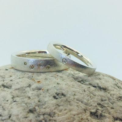 Trauringe aus Silber mit Diamanten in unterschiedlichen Farben