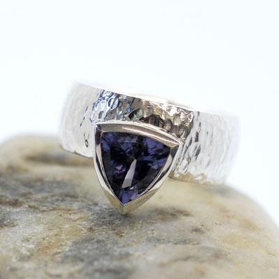 Ring aus Silber mit wildem Hammerschlag - mit Iolith in Zargenfassung