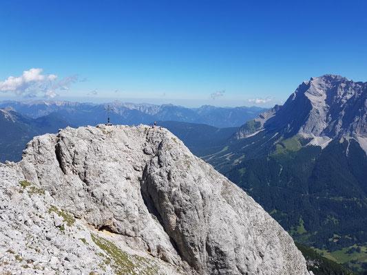 Blick vom Gipfel der Ehrwalder Sonnenspitze zu ihrem Gipfelkreuz