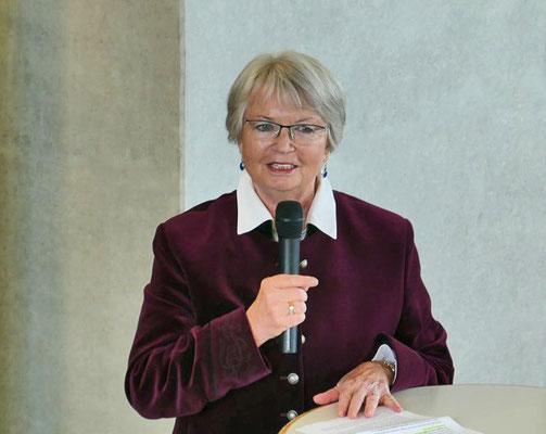 Sigrid Knollmüller führt in die Ausstellung ein
