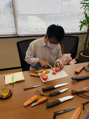実際にトマトをナイフで切って違いを感じてもらいます