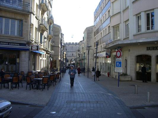 Rue Chaussee - im Hintergrund das Tor