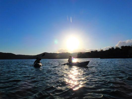 夕日を背にカヌーを