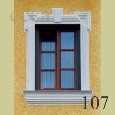 """ecca Bild 107: Fensterprofil mit """"Ohrenausbildung"""", Schlussstein und Fensterbank"""