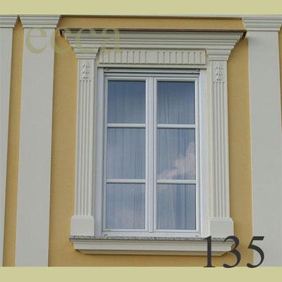 ecca Bild 135: Pilaster(=Halbsäulen), Konsolen, Überdach, Sohlbank