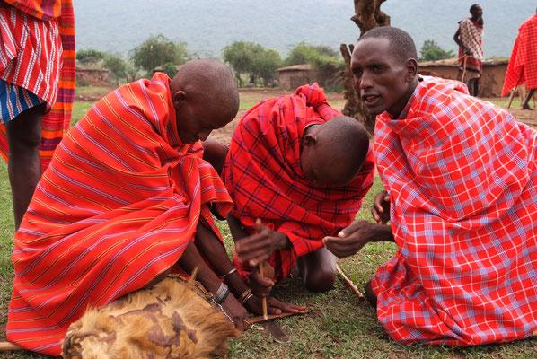Shuka heißen die roten Umhänge der Massai-Männer