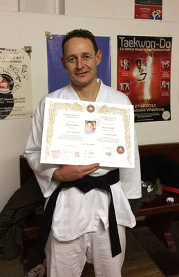 Jürgen Brichta mit 1. DAN Urkunde im Traditionellem Taekwon-Do