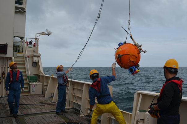 海底地震計の回収