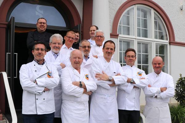 Die Küchenbrigade vor dem Restaurant Stucki Tanja Grandit ;-)