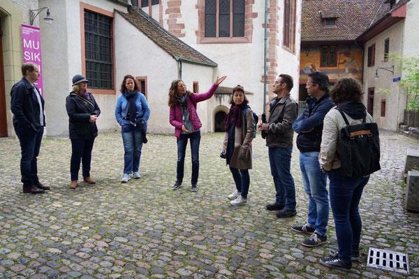 Die kundige Führung druch Basel beginnt vor dem Lohnhof