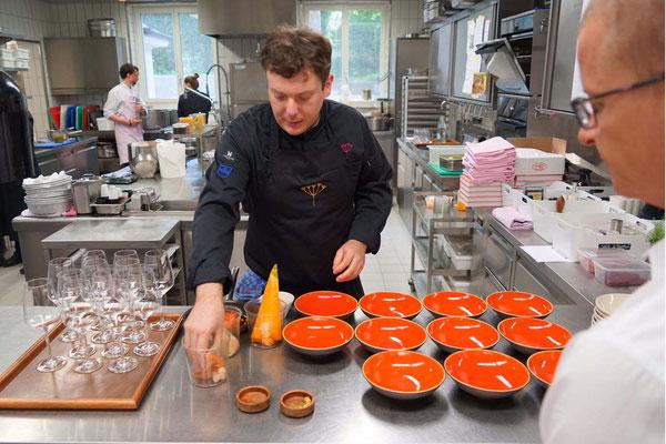 Fasziniert schauen wir dem Küchenchef Marco Böhler auf die Finger