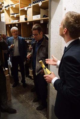 Der Sommelier Christian Juppe führt uns mit Witz und grossem Wissen in Tanja Grandits Weinkeller ein